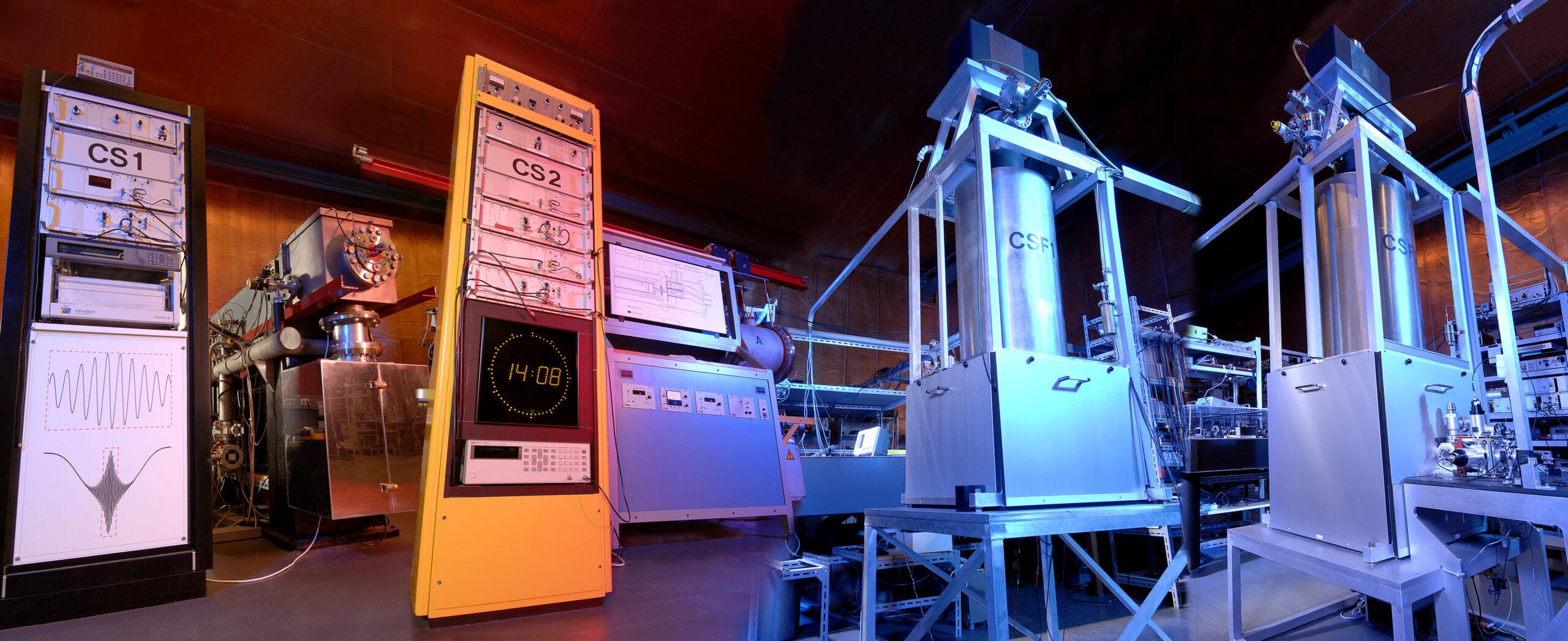 Fotomontage der vier Atomuhren an der PTB. Die Uhren heißen CS1, CS2, CSF1 und CSF2.