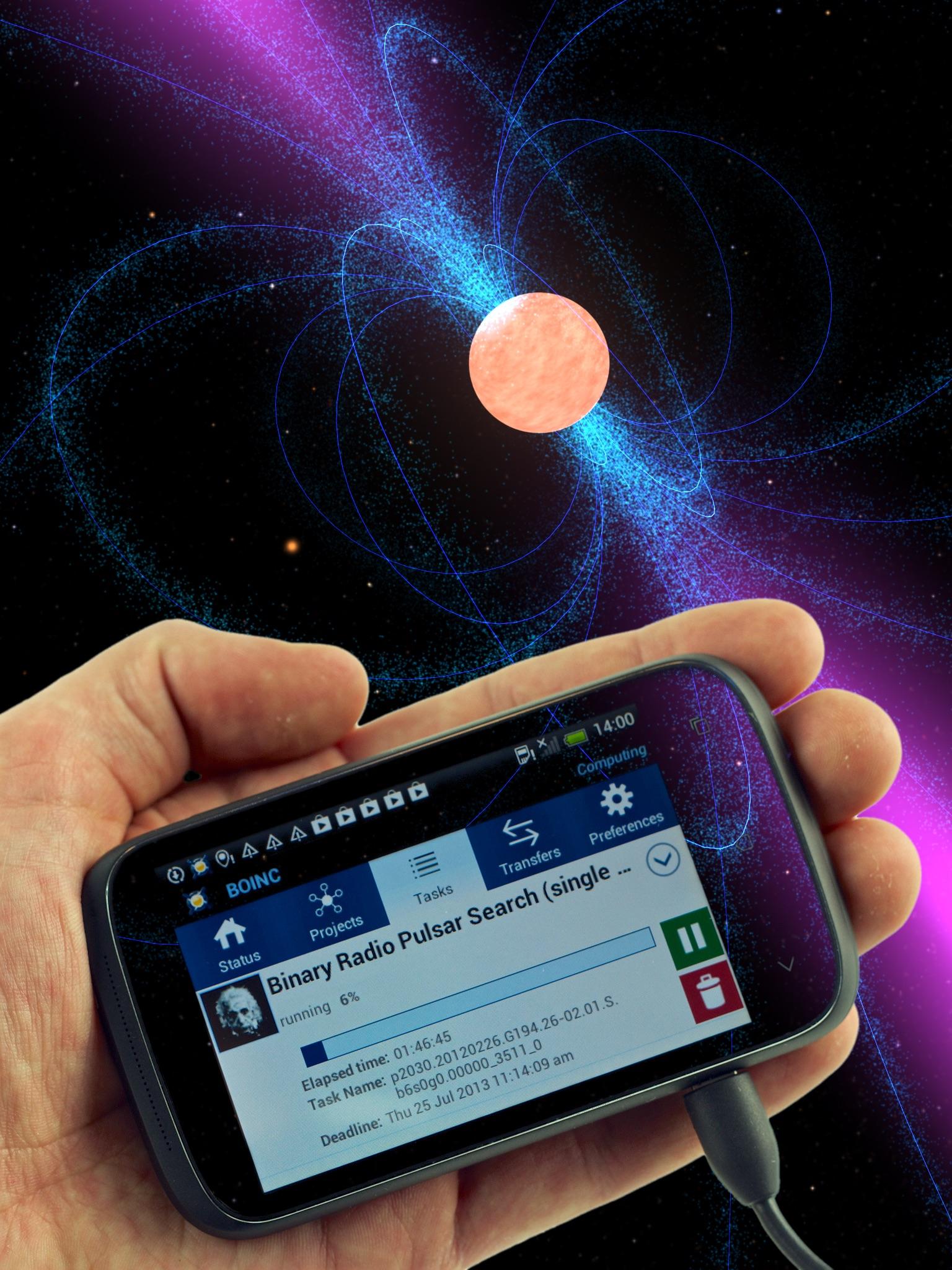 Vor dem Hintergrund eines emittierenden kosmischen Objekts hält ein Nutzer ein Smartphone. Das Display zeigt die Einstein@Home Software, laut der Anzeige läuft gerade die Suche nach einem Signal binärer Radiopulsare.