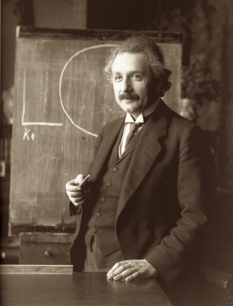 Albert Einstein vor einer Schreibtafel