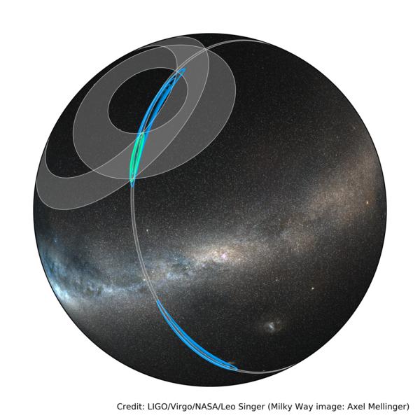Die schnelle Himmelslokalisierung durch die LIGO-Instrumente von GW170817 (in blau) und die letztendliche Lokalisierung mittels beider LIGO-Instrumente und den Virgo-Detektor (in grün). Die grauen Ringe sind Einschränkungen der Triangulation durch die drei möglichen Detektorpaare.