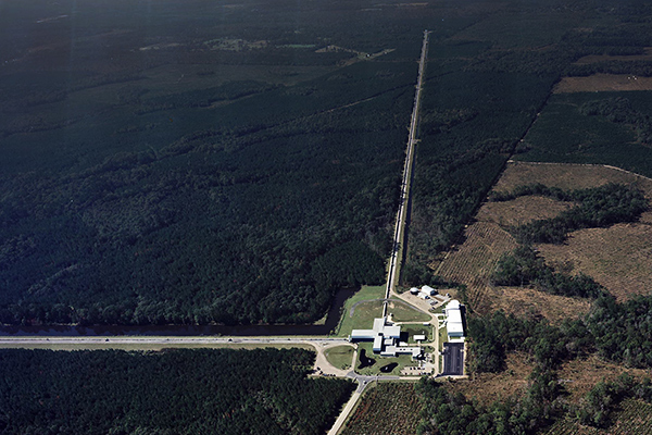 Der Advanced-LIGO-Detektor in Livingston-Louisiana hat wie der in Hanford 4 Kilometer lange Lasermessstrecken.