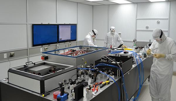 Aufbau des vorstabilisierten Lasers in einem Reinraum der Advanced-LIGO-Detektoren
